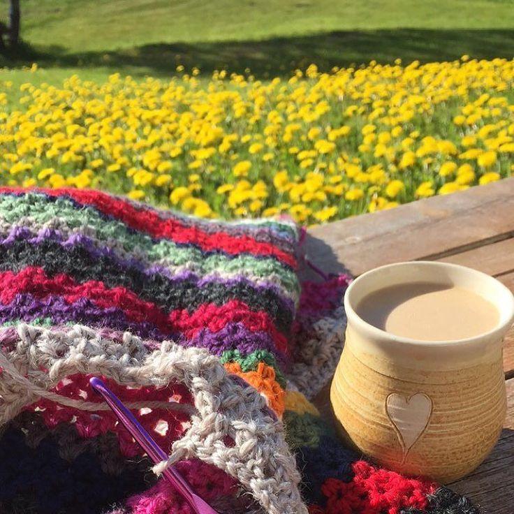 For en vakker start på mårran Sol varme kaffe hekling og fuglekvitter  #sommer#fuglekvitter#morgenkaffe#morningcoffee#hekling#crocheting#hekleglede#heklegal#hekledilla#hekleteppe#vstitch#vstitchblanket#heklekrok#crochetlove#crochetaddict#crochetblanket#virka#häkeln#crochethook#husoghjem#norskukeblad#ukebladethjemmet#løvetann by cecilieeinvik