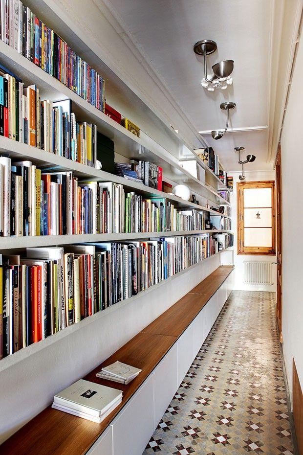 Biblioteca dos arquitetos Ana e Eugeni, do escritório Bach Arquitectes, do apartamento localizado em um edifício centenário no bairro de Ensanche, Barcelona.