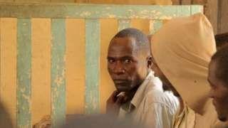 """Image copyright                  AFP                  Image caption                                      En julio, Aniva le dijo a la BBC que era una de las 10 hienas de su comunidad.                                El mundo lo conoce como """"el hombre hiena de Malawi"""" desde que confesó que, siendo VIH positivo, tuvo relaciones sexuales sin protección c"""