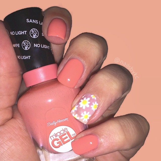 d a i s i e s  Using my all time favourite @sallyhansenau Miracle Gel Polish in 'Malibu Peach' & 'Get Mod'. Two coats plus the Miracle Gel Top Coat is all that is required! If you haven't already, head on over to my website and check out my review on these polishes. I love them!  #MiracleMani #OMGel #sallyhansenau