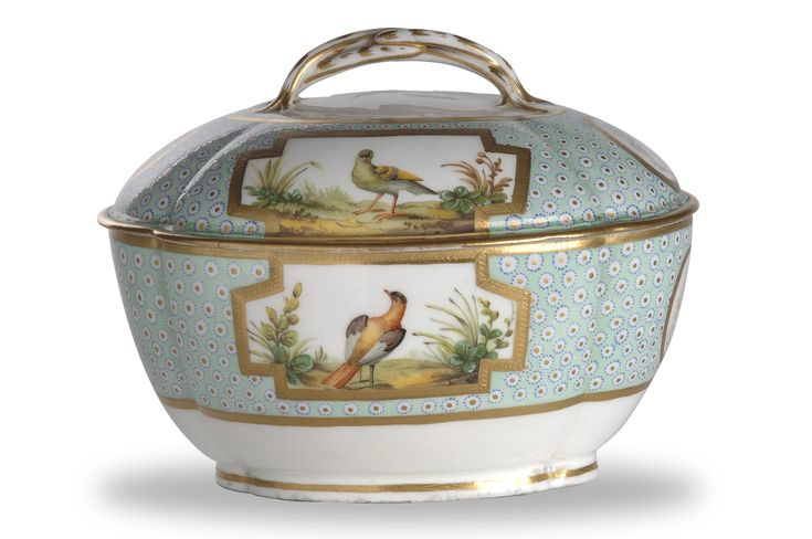 Porcelain sugar bowl with cover in the Buffon pattern by Manufacture de Sèvres, France c. 1784