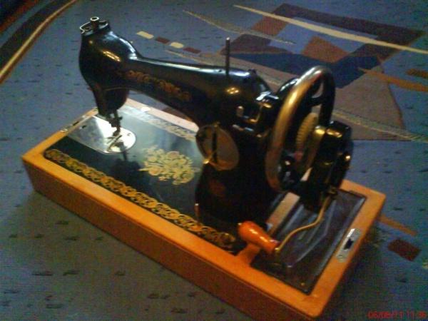 Швейная машинка «Подольск», с ручным приводом