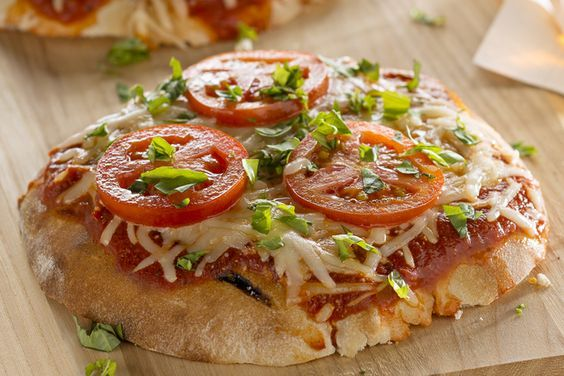 Une pizza avec une touche estivale! Notre pizza faite d'ingrédients de base est grillée sur le barbecue.