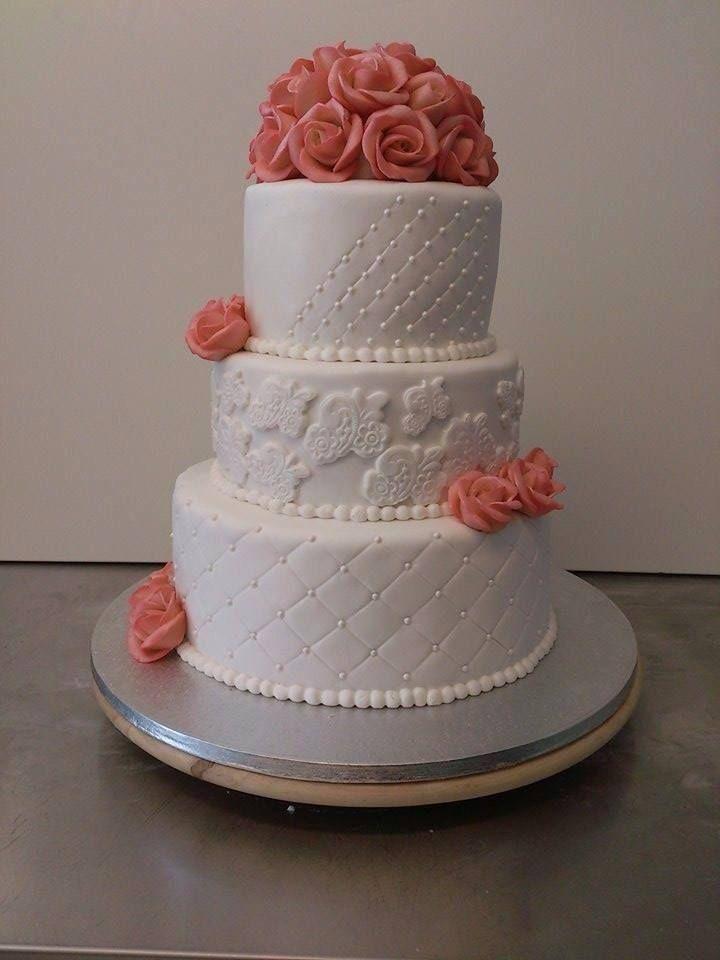 Bryllupskake i 3 etg med rosebukett på toppen. Pris 3900,-