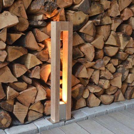 Een design buitenlamp met een strak ontwerp door de combinatie van massief teak hout met modern RVS. Er ontstaat een prachtig lichteffect door de twee teak houten palen. Deze buitenlamp was te zien in Rob's Grote Tuinverbouwing, 10 mei. | Buitenlamp Pontis paal 70 teak, artikelnummer 88946.