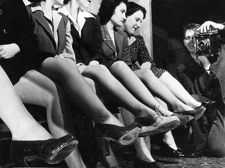 Этотдень считается своего рода днем рождения нейлоновых чулок: 24 октября 1939 года в одном из универмагов Вилмингтона (штат Делавэр, США) впервые поступили в продажу нейлоновые чулки, создав невероятный ажиотаж среди покупательниц. Мы собрали несколько любопытных фактов и фотографий из истории этого затейливого предмета женской одежды. Итак, в лабораториях химического концерна DuPont в 1838 закончилась разработка …