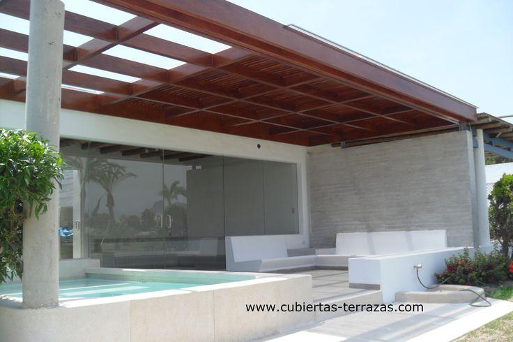 Techo de madera lacada con cubierta de policarbonato for Techo piscina cubierta