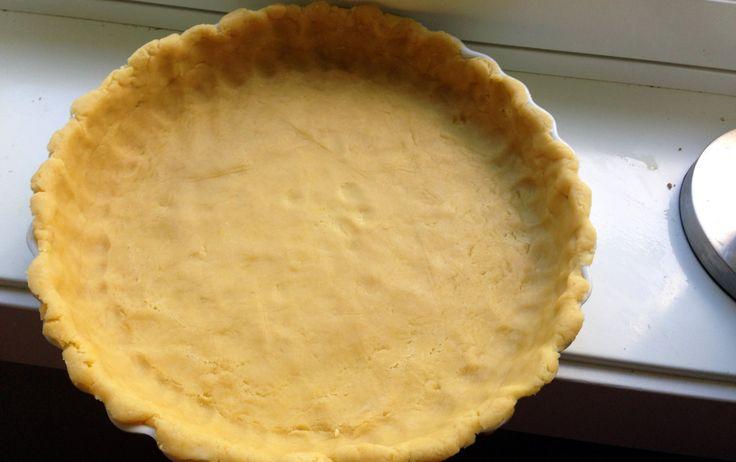 Paibunnen forstekes i 10 minutter på 200 grader før den fylles med paiingredienser.