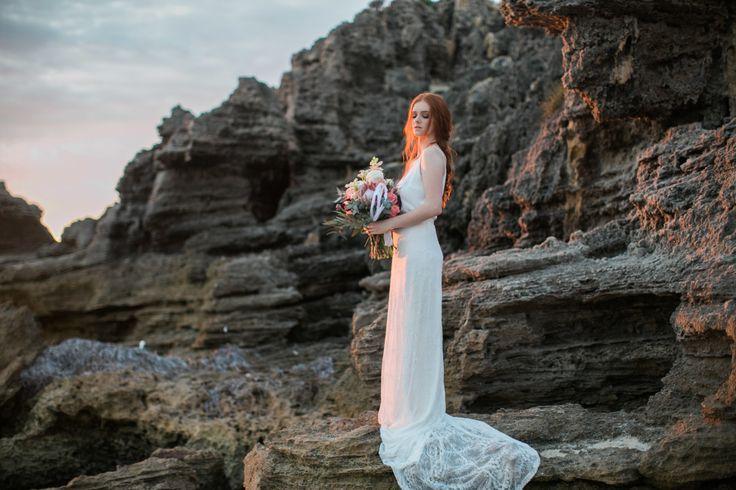 pizzo strascico da cappella collo a v stile colonna pizzo senza maniche abito da sposa