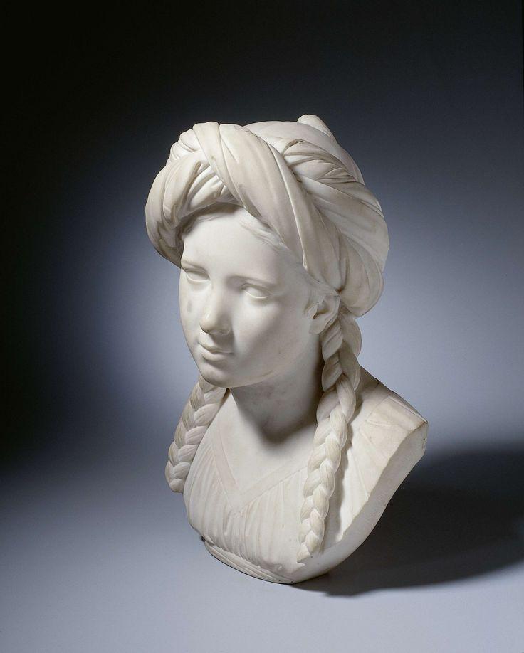 Louis Royer | Borstbeeld van een Grieks meisje, Louis Royer, 1833 | Haar gelaat is even naar rechts gewend. Boven het gescheiden haar met voor de schouders afhangende vlechten draagt zij een kapje met kwast, daaromheen een gewonden doek. Zij draagt een geplooid, onder de borst door een band samengebonden gewaad met v-vormige hals.