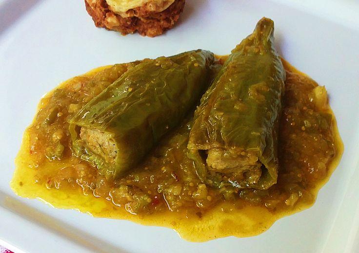 Ingredientes: Para los pimientos: Pimientos italianos Carne picada (ternera-cerdo) Cebolla frita Ajo en polvo Sal Aceite de oliva Tabasco Para la salsa: 1 lata de salsa de tomate Cebolleta Ajos Pim…