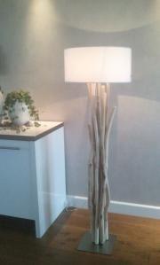 Houten lamp verkrijgbaar met 12 kleuren kap