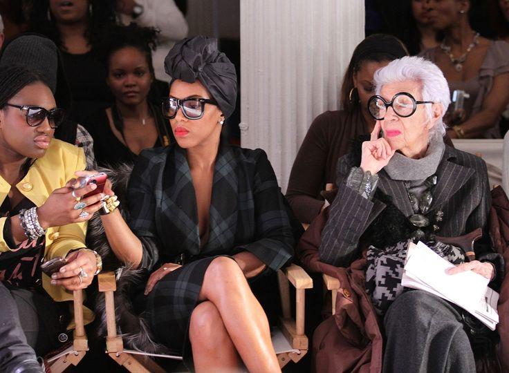 Айрис Апфель (справа) называет себя самым старым тинейджером в мире. Возраст скрывает, но известно, что она жила еще во времена Великой депрессии. Круглые очки и яркая помада — ее фирменный стиль