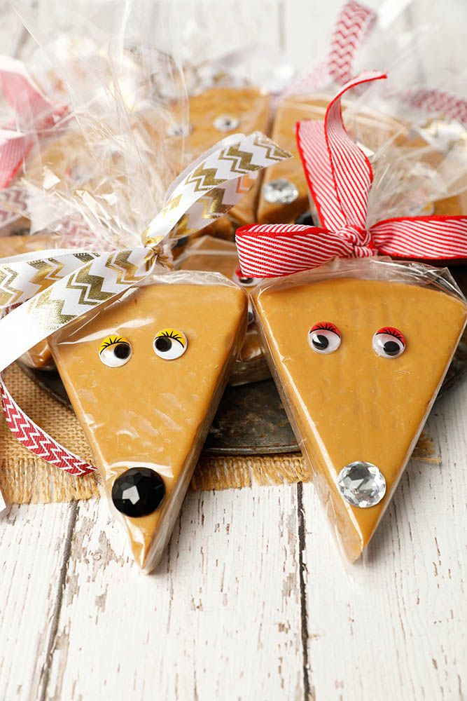 Salted Caramel Reindeer -CutestChristmas kitchen gift ever! Easy, last minute gift Christmas gift idea. Salted caramel fudge is so easy to make & the finished gift is almost too delicious to giveaway! #ChristmasCooking #saltedcaramel #fudge #Thermomix #DIYChristmasgifts via @thermokitchen