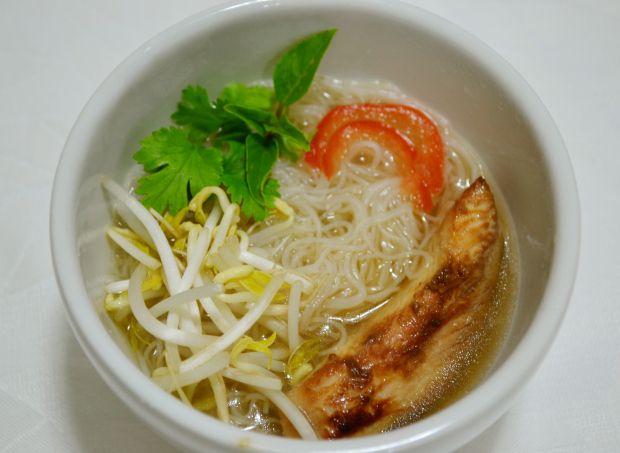 Uma sopa vietnamita deliciosa – Pho Noodle Soup: Pho Noodle Soup é uma sopa de origem vietnamita deliciosa. Consiste em um caldo quente saborosíssimo, derramado sobre uma tigela recheada de ...