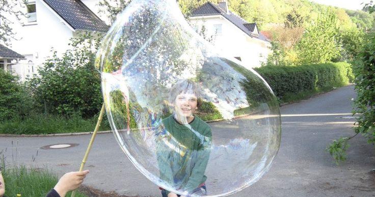 haben hier in den letzten Tagen für viel Spaß gesorgt:      Das Seifenblasenwasser kann ganz einfach selbst hergestellt werden: Ein Eimer W...