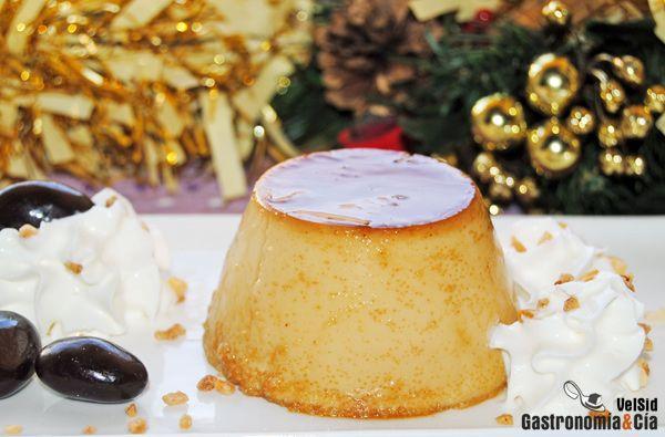 El flan es uno de los postres más populares, desde el flan de huevo o de vainilla, a las creaciones más golosas que podamos imaginar, con chocolate, coco, castañas, queso… No puede faltar en un recetario de flanes el que ocupe su lugar en la mesa de Navidad, el Flan de turrón.Este flan se elabora con turrón de Jijona y es una receta muy fácil de hacer, más sencillo incluso que el flan tradicional. En estos días varios de vosotros nos habías preguntado cómo hacer flan de turrón, pues aquí…