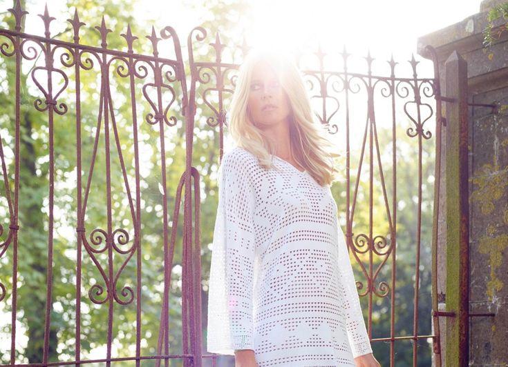 modèles Claudia Schiffer robe de cachemire blanc du TSE printemps 2016 la collaboration