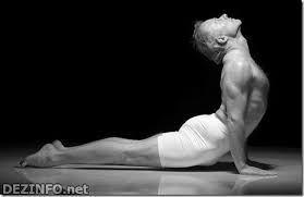 4. Поворот кобры. Расставьте ноги на 30 см и приподнимитесь на носочки. Разверните плечи вместе с головой в сторону и назад, поворачивайтесь всех верхней частью тела, пока не зацепите взглядом пятку противоположной ноги. Вернитесь обратно и повторите в другую сторону, всего 12 раз туда и обратно.