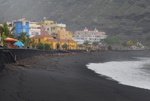 La Palman saari Kanarialla on jyrkkiä vuoria, laavahiekkarantoja ja värikkäitä taloja.