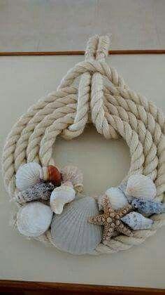 Da realizzare con scotte trovate sulla spiaggia e conchiglie o pesci in ceramica
