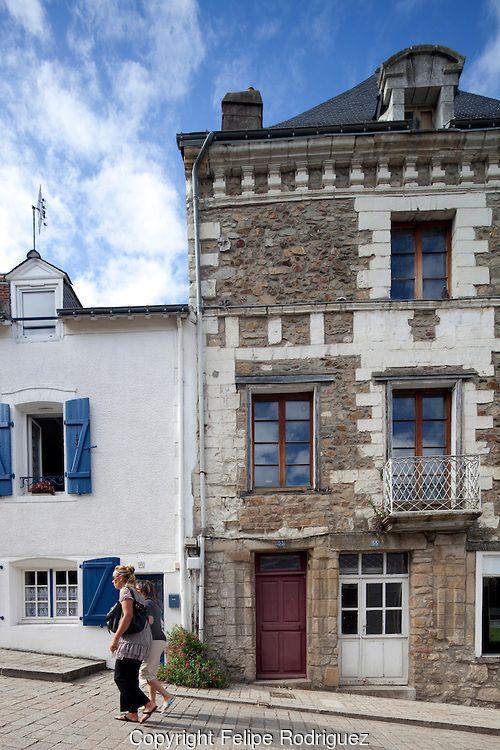 Jolies maisons dans la rue du Château à Auray. Cette rue fortement en pente relie le centre-ville au quartier de Saint-Goustan.