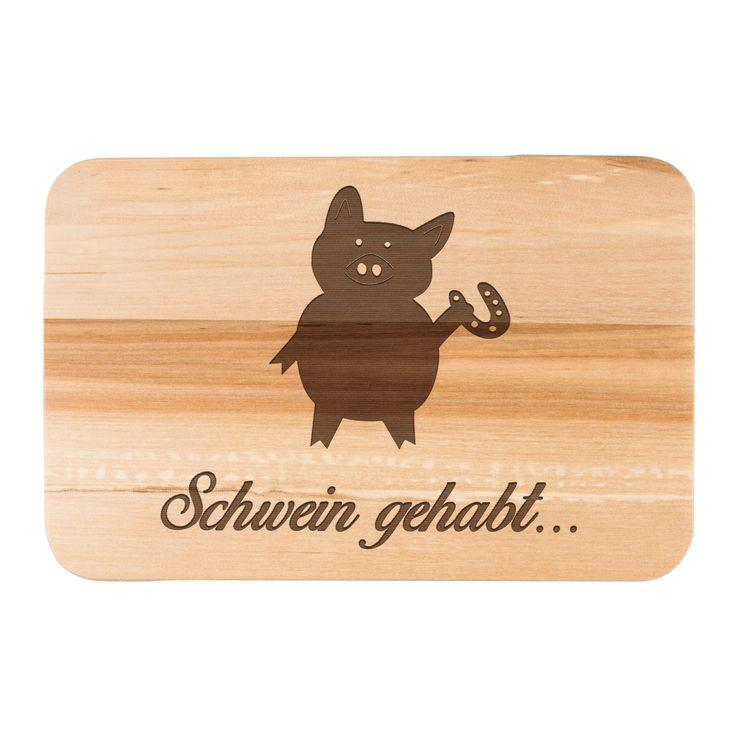 Frühstücksbrett Schwein mit Hufeisen aus Birkenholz  natur - Das Original von Mr. & Mrs. Panda.  Ein wunderschönes Holz Frühstücksbrett von Mr.&Mrs. Panda aus edler und naturbelassener Birke in den Maßen 22 cm x 14 cm.    Über unser Motiv Schwein mit Hufeisen  Schweine gehören zu den ältesten Haustieren der Welt. Sie sind sehr intelligent und lieben es, zu schwimmen und zu baden. Die kleinen Ferkel sind unglaublich niedlich anzuschauen und erfreuen vor allem Kinder im Streichelzoo. Am…