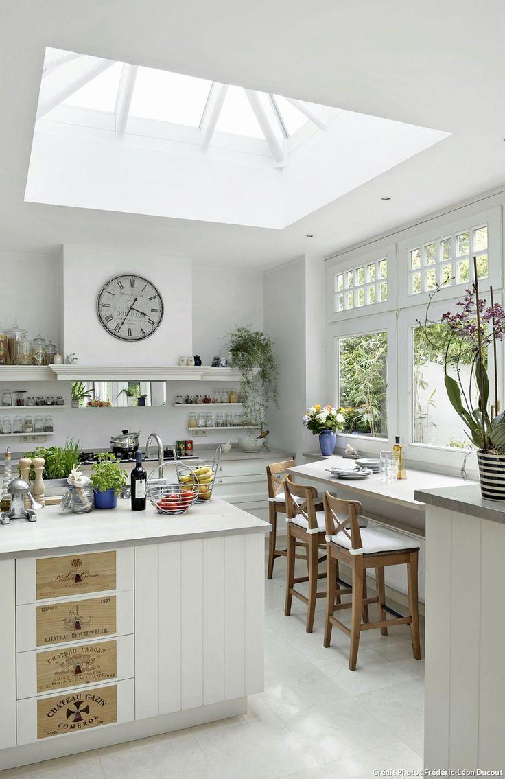 awesome Implantation Cuisine En L #10: Un cuisine blanche lumineuse grâce au puits de lumière