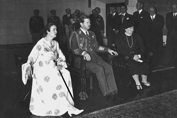 Imagine de la inaugurarea Palatului Elisabeta din București: Principesa Elisabeta, Regele Carol al II-lea, Principesa Maria http://rsandu.tumblr.com/post/116869239513/imagine-de-la-inaugurarea-palatului-elisabeta-din