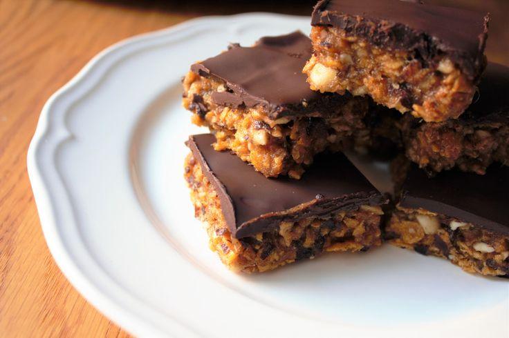 Regnvejrsdage er lig med lækker kage ;) For et lille halvt årstid siden, smagte jeg for første gang snickerskage (MUMS!) og lige siden har jeg tænkt at det måtte være muligt at lave en lige så læk…