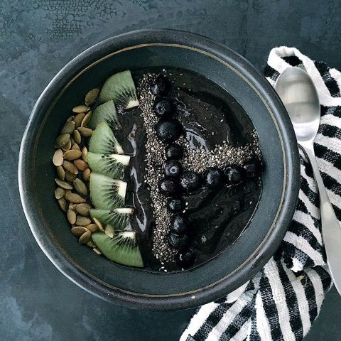 Aketta Activated Charcol Acai Smoothie Bowl - Superfoods in a bowl, along with Aketta cricket flour for protein - what a great way to start the day! Activated charcoal is most commonly used to pull toxins out of our bodies or an upset stomach, it can be used for indigestion.