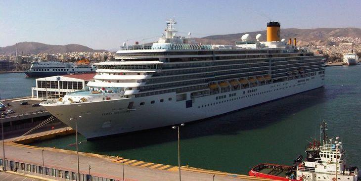 Το Costa Deliziosa πλευρισμένο στον Πειραιά. Κυριακή 24 Απριλίου 2016.