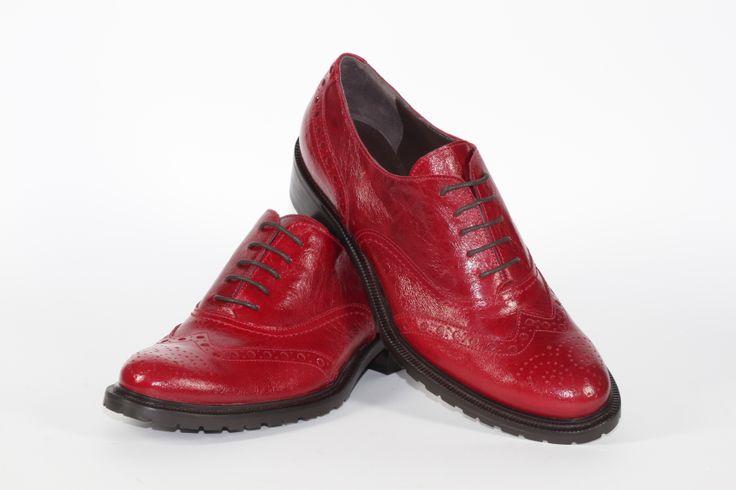 Daniele Tucci Shoes propone una Vasta Gamma di Colori per il Modello di Francesina Bassa. Calzature comode, con i lacci, un must have della stagione moda A/I 2013-2014. Fondo Roccia