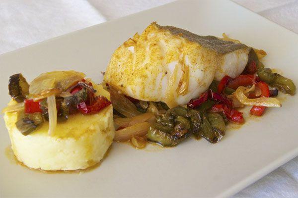 Lomos de bacalao al horno con pimientos. Acompaña al bacalao con un puré de patata suave y cremoso, y una base de pimientos y cebolla ligeramente dorados, está de escándalo!