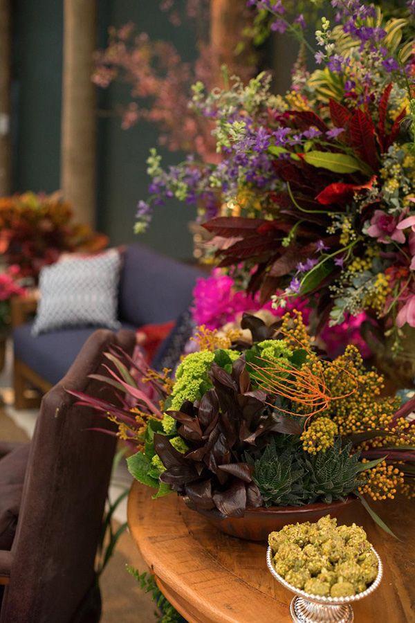 Taís Puntel assinou a decoração de casamento colorida e intimista, com luzinhas suspensas, flores e tons vibrantes.Ã'Â
