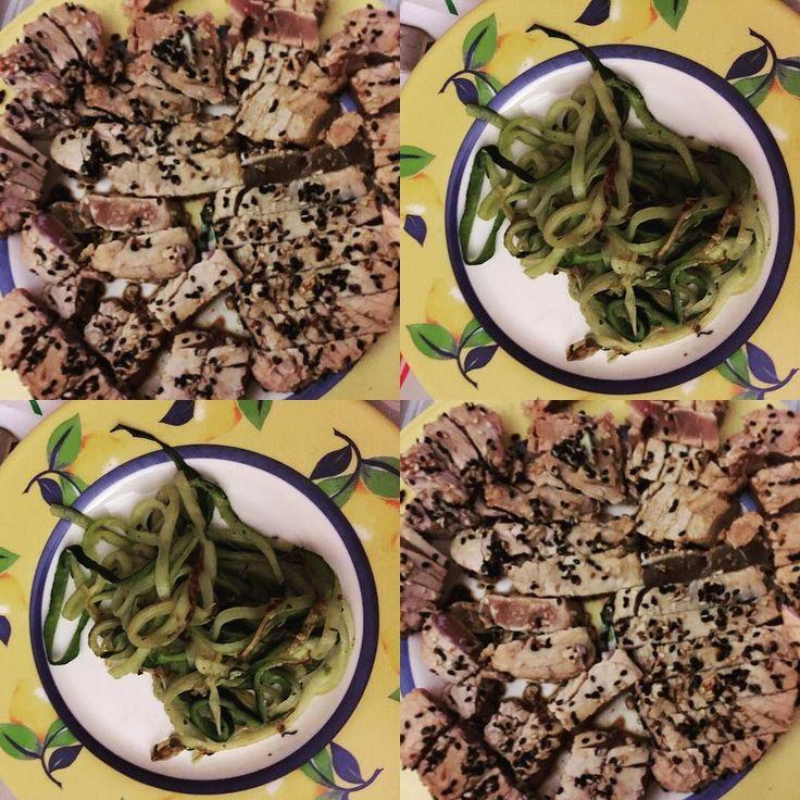 Hoy de cena tataki de atún con espaguetis de calabacín todo hand made!! today tuna tataki with zucchini spaghetti made everything for me! #tataki #atun #tuna #spaghetti #zucchini #health #healthy #handmade #recetas #recipes #dietasana #comersano #eatingclean #cena #dinner #sesamo #plancha #cocina #ideas #lifestyle #lifeisgood #cuidatemucho #fitness #instafood #picoftheday #food #salud #sano #sabor #spartan by adriannalifestyle