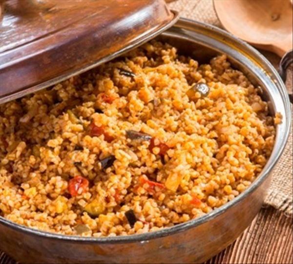Adana, Antakya, Gaziantep, Urfa başta olmak üzere Akdeniz ve Güneydoğu yöresine özgü olan Patlıcanlı bulgur pilavı pirinçli olarak da yapılan bir yaz pilavıdır. Genellikle cacık ve yoğurtla servis edilir.   4-6 kişilik  Gerekli Malzeme:  2 su bardağı pilavlık bulgur 1 kuru soğan 2 adet kemer patlıcan 2-3 adet domates 1-2 adet sivri biber 2-3 çorba kaşığı zeytinyağı 1 çorba kaşığı domates salçası Tuz, karabiber 4 su