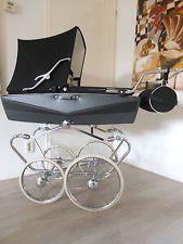 Klassischer nostalgie Kinderwagen. Hoch Modell Mutsaerts. Schwarz mit dunkelgrau