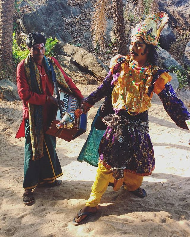 Local performers who came to one of the beaches we were camping.  The beauty of seeing how to humanize with mythological characters like Rama is wearing flip-flops here and I love it! ✨  P.S I want a harmonium. --------------------------------------------------- #everydayindia #streetstyle #mythology #human #flipflops #crazygods #folklore #streetplay #rootsofindia #beachdiaries #travel #stories #travelgram #people by poornimatravellingsukumar. everydayindia #travel #people #crazygods…