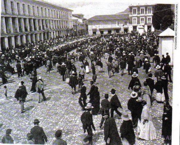 1899, Reclutamiento para la Guerra de los 100 días, en frente de Galerías Arrubla - Bogotá, Colombia