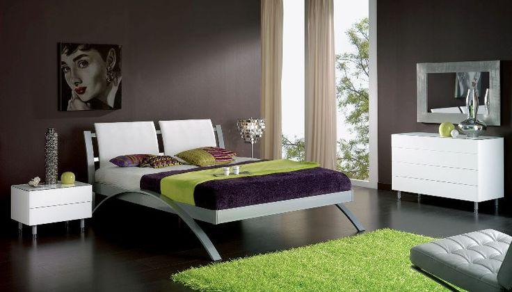 lit deux places, peinture gris anthracite, commode blanc laqué et tapis vert