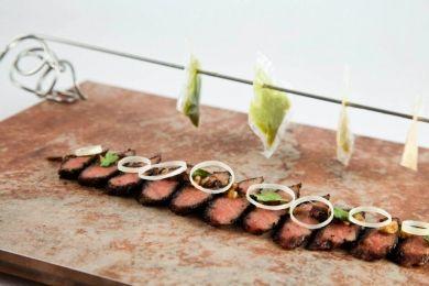 Presa de cerdo con aliño de tomate seco, piñones y orégano  con raviolis de espinacas, nueces y queso de cabra …y pan de tomate y piñones