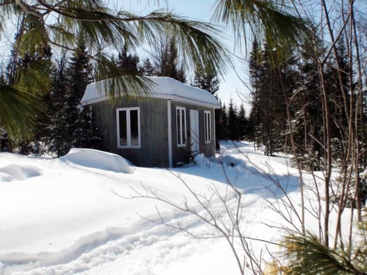 Venez à l'aventure... Une randonnée en forêt vous mènera à un campe aménagé nommé La Cachette !