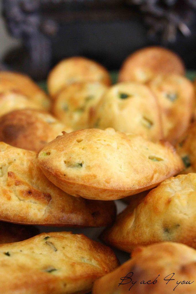 madeleines salées 3 œufs 150 g de farine 75 g d'huile d'olive (+1 cs) 125 g de lait entier 100 g de gruyère râpé 200 g de fromage de chèvre (une bûche) 1 sachet de levure chimique 1 courgette Thym Sel, poivre