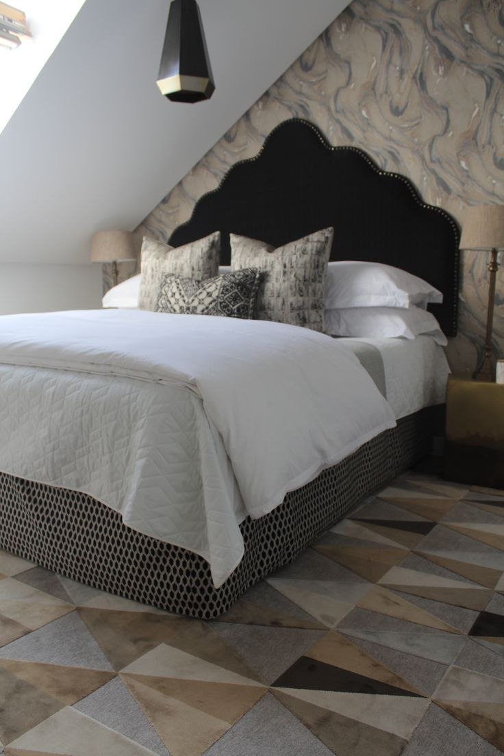 Marbelous monochrome bedroom with geometric carpet from Hertex #hertex