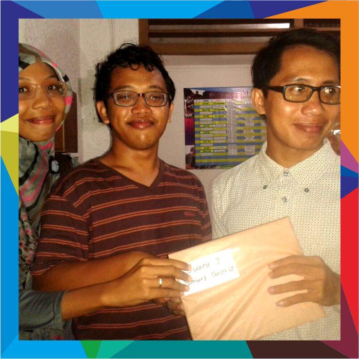 Sesi penyerahan reward pada pemenang Smart Contest di NTC English Yogyakarta.