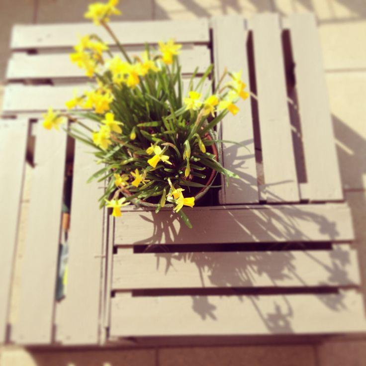 Tavolino da giardino con cassette di legno