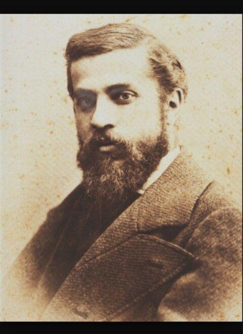 Antonio Gaudí fue un arquitecto español nacido a Rues en el 1852. Sus obras se escriben en el movimiento modernista y lo supera por la originalidad de sus concepciones y sus capacidad de romper los modelos y crear nuevas soluciones. La obra de Gaudí es una búsqueda de la perfección del arte, de la perfección personal y de la perfección de la sociedad humana.