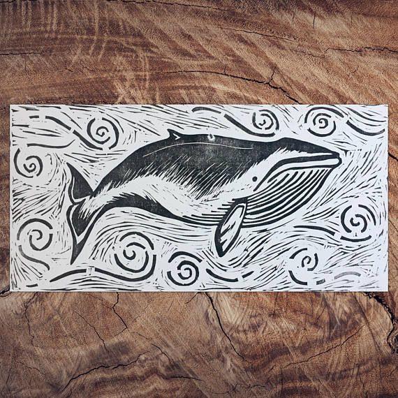 Mano tallada y mano-imprime imprimir 6 x 12 linóleo de una ballena en un océano activo actual. Arte impreso 6 x 12, impreso en el papel de bristol es 6 x 12. Papel Bristol blanco con tinta negra seguro lavado. Excelente para enmarcar y hace un gran regalo para un estreno de una