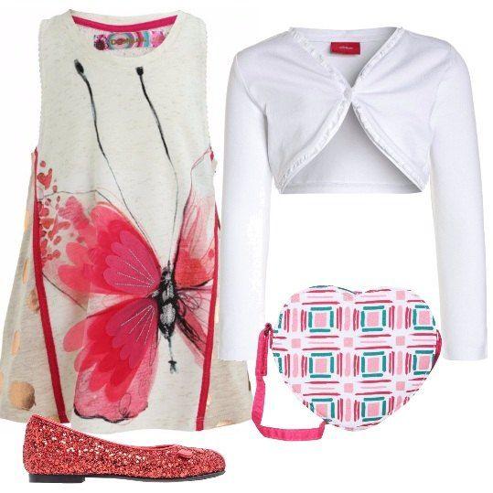 Il vestito in cotone bianco con una deliziosa farfalla stampata, viene proposto con un cardigan corto, sempre in cotone bianco. Le scarpe sono delle ballerine rosse con lustrini e una borsa a forma di cuore con fantasia geometrica completa il tutto.
